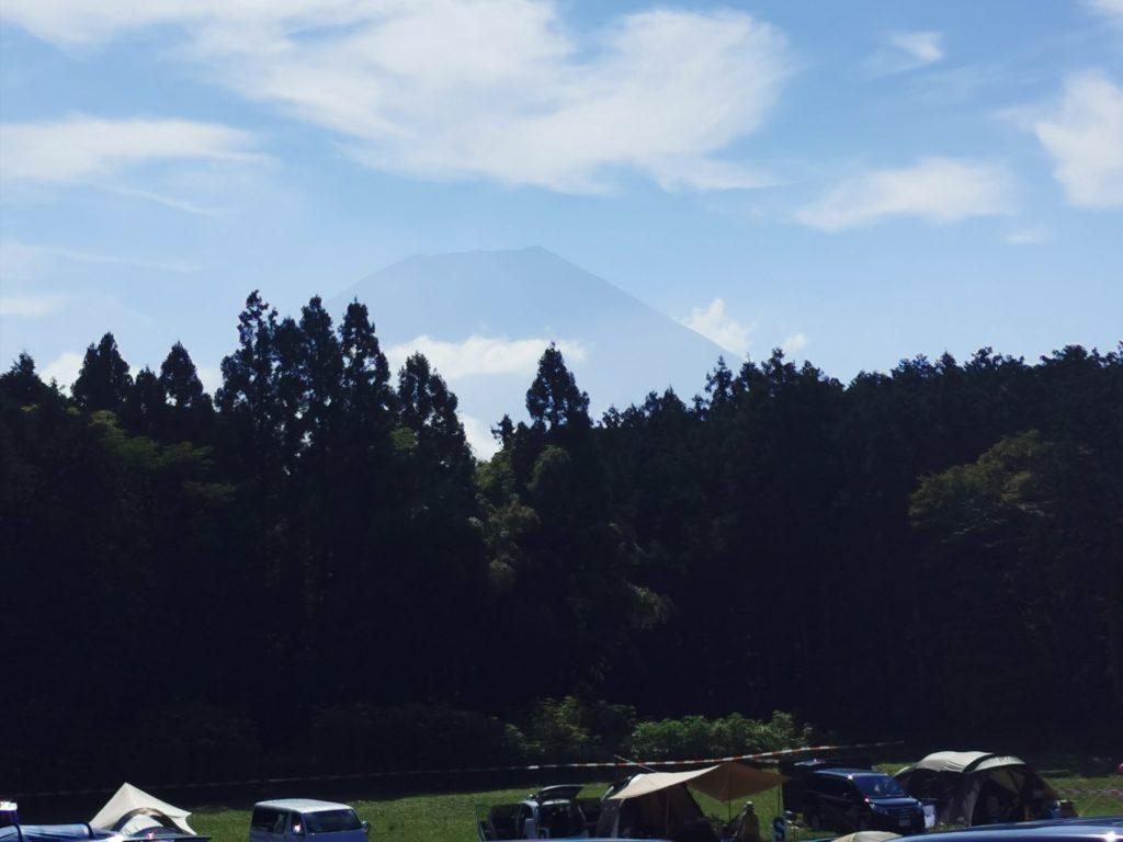 富士山の麓の広大な牧草地でキャンプが楽しめる!